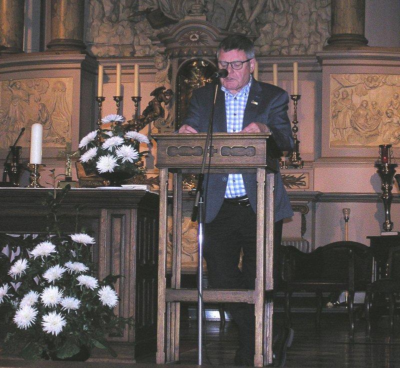 De voorzitter van de Orgelkring Henk Sieben opent de bijeenkomst