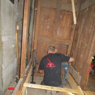 Opvijzelen grote orgelkas naar nieuwe vloerhoogte