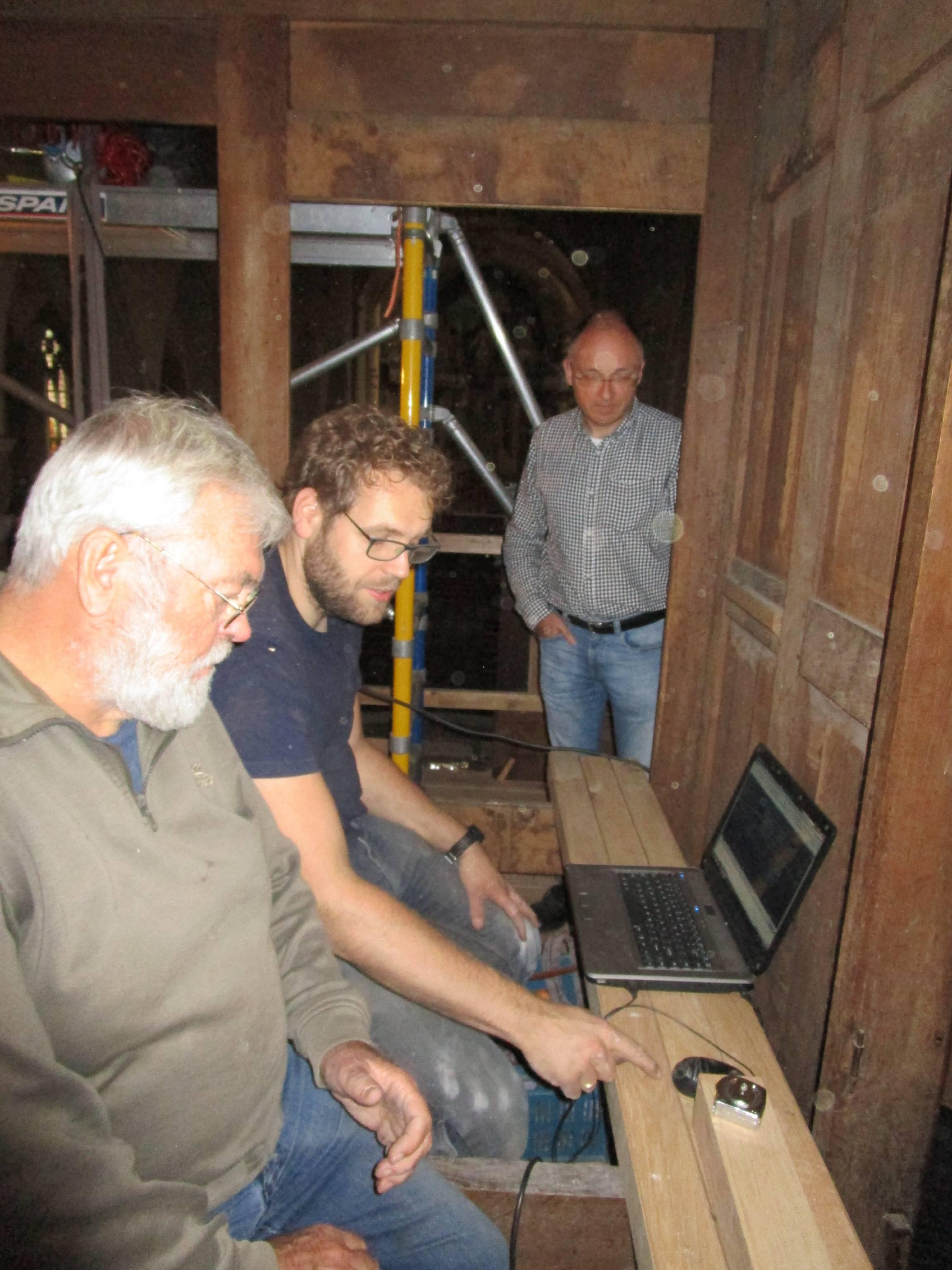 Orgelbouwers Hans van Rossum en Gerrit de Jong met orgel-adviseur Rogér van Dijk